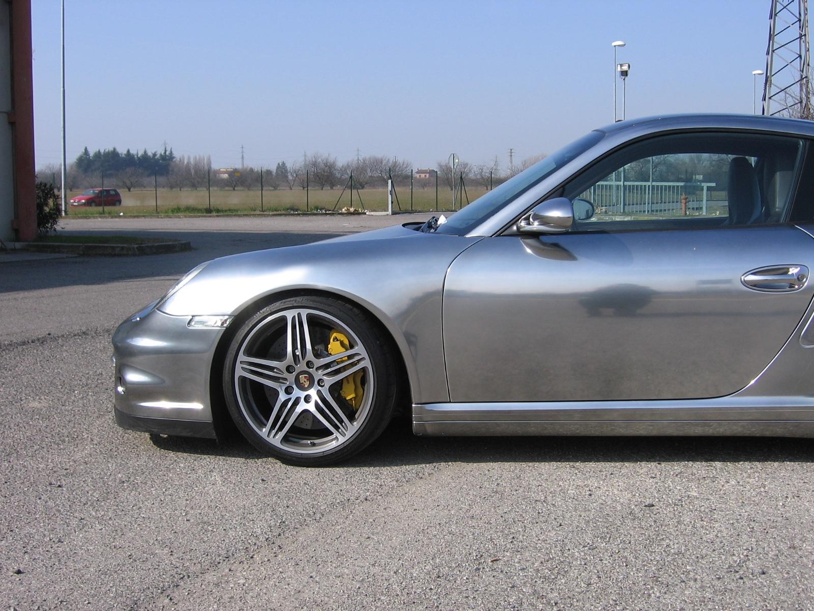 Vista laterale/posteriore di Porsche 997 Turbo cromata